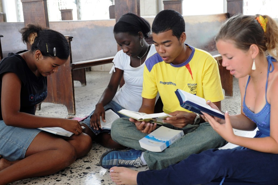 Teenagers, studying their Bibles, Cuba. (Photo UBS)